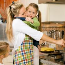 KVinna i kök med två barn