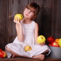 Barn med massa äpplen