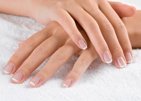 Tvä händer med vackra naglar