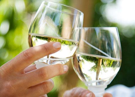 Två skålar med vitt vin