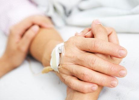 Hand som håller i hand på patient