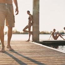 Glada människor på sommarbrygga
