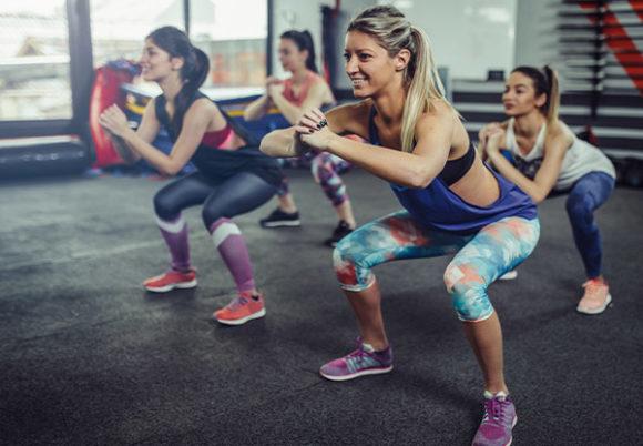 5 träningsklädda kvinnor
