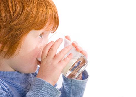 Barn som dricker mjölk