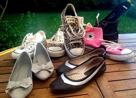 Sneakers och sommarskor på hög