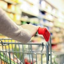 Kvinna shoppar mat