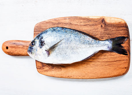 Fisk på skärbräda
