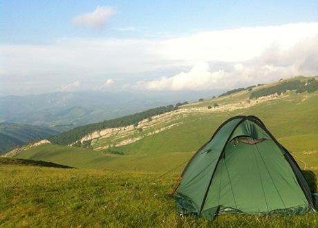 Tält ute på kulle