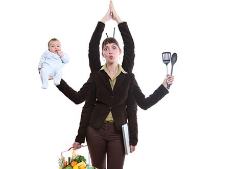 Kvinna med sex armar bollar med bebis, matkorg, köksredskap och händer i yogaposition