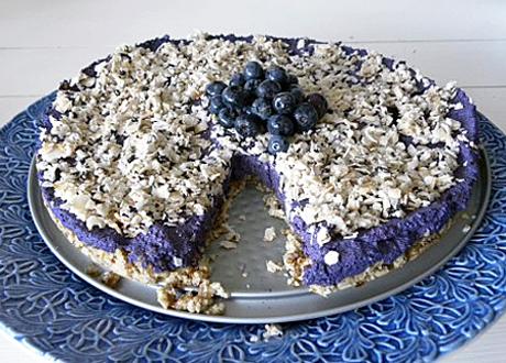 Råkosttärta med blåbär och kokos på toppen