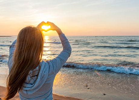 Tjej gör hjärta av solen