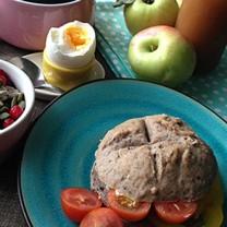 Gglutenfria bovete-scones kaffe kokt ägg äpplen och musliskål