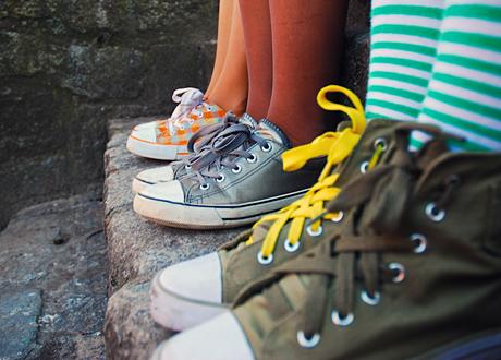 Converce på rad. Ben och fötter i skorna