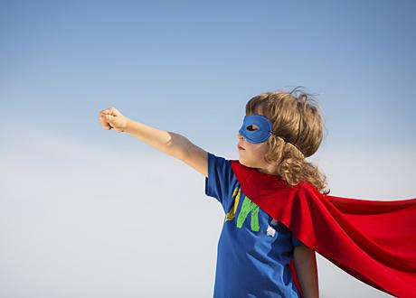 Långhårigt barn i superhjältekostym