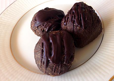Nyttiga raw food-chokladbollar på vitt fat