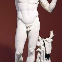 En vit marmorstaty föreställande en naken man