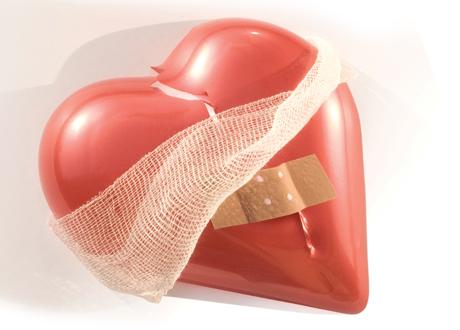 Ett plasthjärta med plåster och bandage