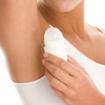 Närbild på armhåla - kvinna utan ansikte stryker på deo