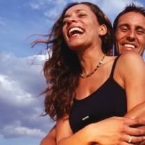 Kärlekspar håller om varandra och skrattar lyckligt