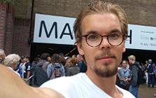 Richard Koivusalo tar selfie utomhus med vit t-shirt och glasögon