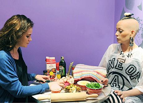 Sanna Bråding sitter i köket med Anna Benson