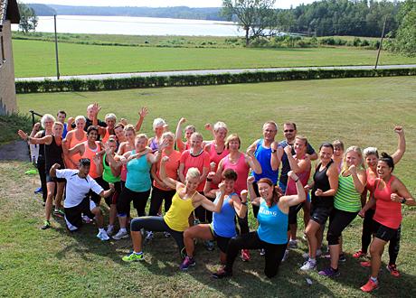 Alla deltagare gruppbild med sjö i bakgrunden