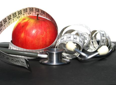 Rött öpple, stetoskop, måttband