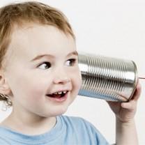 Barn med konservburk mot örat