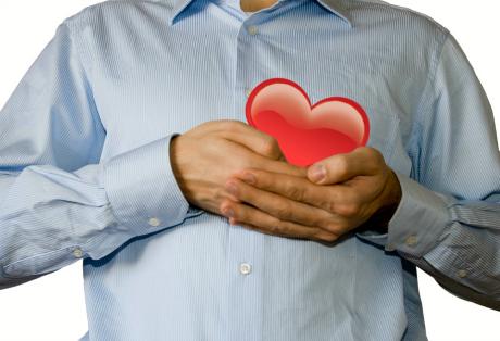 En man håller ett animerat hjärta framför sitt hjärta