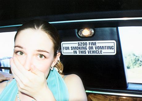 Kvinna håller handen för munnen i taxi