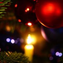 Bild på julgranskulor i julgran närbild