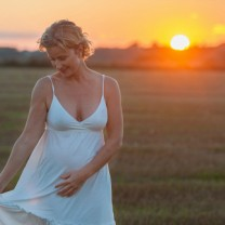 Sanna Ehdin utomhus i vit klänning