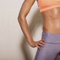 Kvinna med muskulös mage