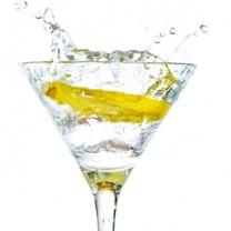 citronskiva i glas vatten splashar