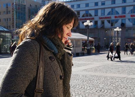 Kvinna pratar i telefonen utomhus
