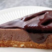 Raw chokladtårta med smak av choklad, banan och kola