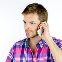 Man i 30-årsåldern med smartphone mot örat