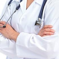 läkares händer stetoskop