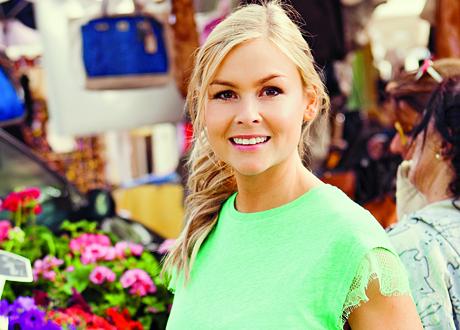 Julia Fors i grön t-shirt på utomhusmarknad