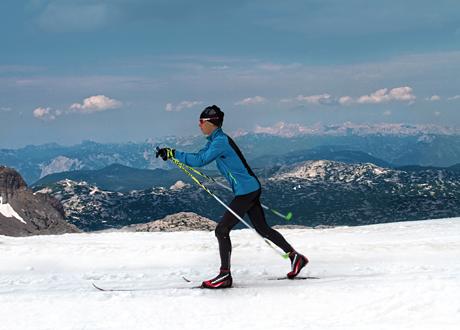 Erik wickström i spåret med vacker bergig bakgrund