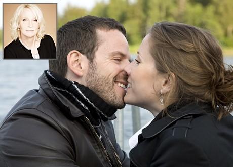 Par kysser varandra infälld bild på Eva Rusz