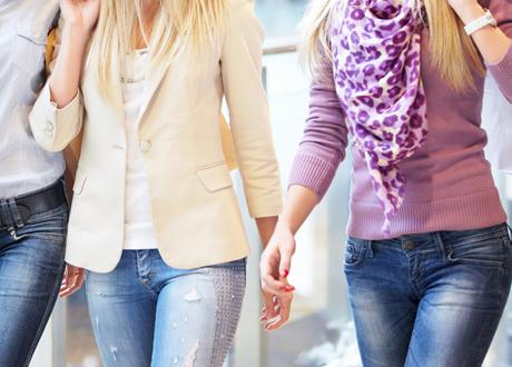 Tre modemedvetna tjejer i köpcentrum