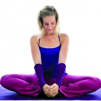 Anna Asplund i yogaposition på yogamatta