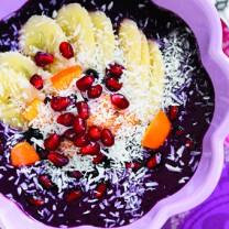 Açaibowl i skål granatäpple som topping