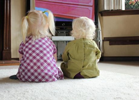 Två barn framför tv