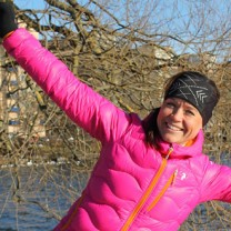 Camilla Rahm utomhus i rosa täckjacka