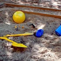 sandlåda med plasthinkar