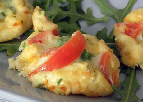 omeletter i plättformat med ost och tomat och ruccola