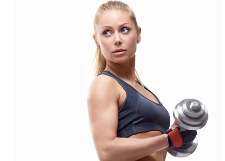 Blond muskulös tjej lyfter tung hantel