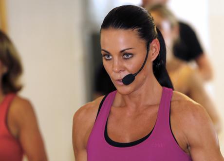 Sabina Dufberg PT från Biggest loser 2015 med headset i träningslokal